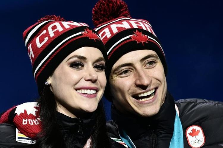 Tessa Virtue y Scott Moir no pudieron ocultar su felicidad al ganar la medalla de oro. (Foto Prensa Libre: EFE)