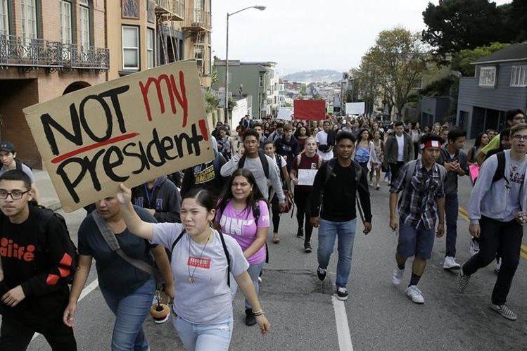 Un grupo de estudiantes se manifiesta contra el triunfo de Donald Trump en California, EE. UU. (Foto Prensa Libre: AP).