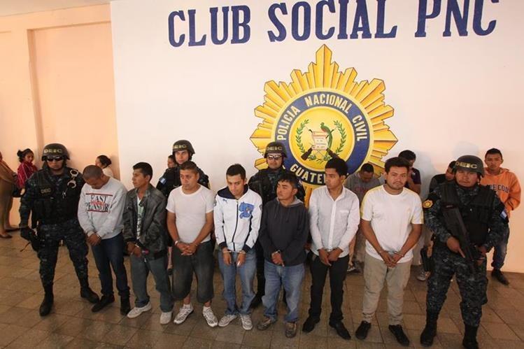 Agente de la PNC custodia a los detenidos por delitos de extorsión. (Prensa Libre: Érick Ávila)