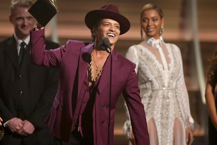 Bruno Mars levanta el premio a mejor grabación del año. (Foto Prensa Libre: AP)