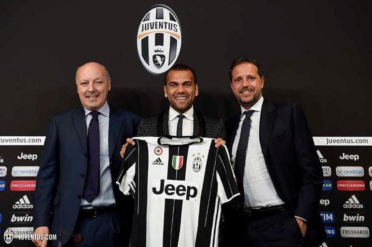 El brasileño Dani Alves durante su presentación oficial como el nuevo jugador de la Juventus de Turín. (Foto Prensa Libre: Juventus de Turín)