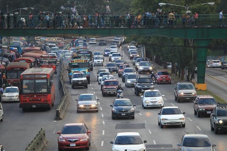 El tráfico aumenta en las mañanas por la masiva afluencia de conductores que viajan a sus actividades económicas. (Foto Prensa Libre: Hemeroteca PL)