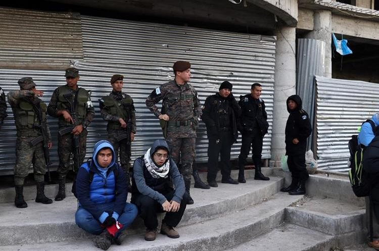 Elementos del Ejército y la Policía fueron divididos en grupos para la seguridad del evento. (Foto Prensa Libre: Renato Melgar)