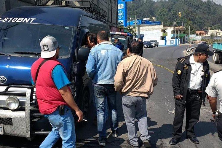 Curiosos permanecen junto al microbús que fue atacado a balazos en la ruta entre Xela y San Juan Ostuncalco. (Foto Prensa Libre: Carlos Ventura).