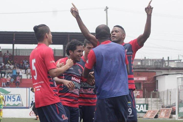 Los jugadores de Malacateco felicitan a Jhon Palacios luego de la anotación. (Foto Prensa Libre: Álexander Coyoy)
