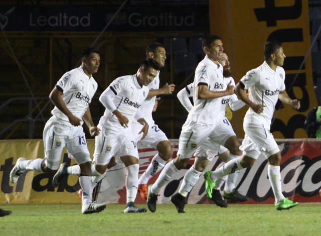 Carlos Castrillo (13) podría ser suspendido para el partido contra Antigua GFC del próximo jueves. (Foto Prensa Libre: Jesús Cuque).