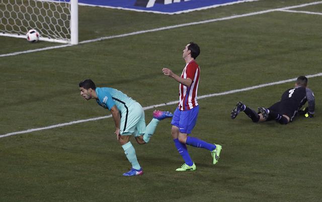 Luis Suárez anotó un golazo en el juego del Barcelona contra el Atlético de Madrid. (Foto Prensa Libre: AFP)