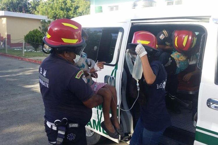 Bomberos Municipales Departamentales trasladaron a los intoxicados al hospital. (Foto Prensa Libre: Hugo Oliva)