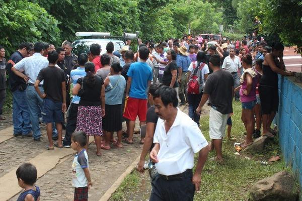 "<p>Grupo de pobladores que mantiene retenidos a seis trabajadores de Energuate, en Génova. (Foto Prensa Libre: Alexánder Coyoy) <br _mce_bogus=""1""></p>"