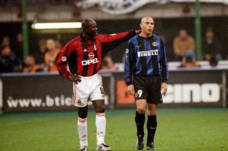George Weah junto al brasileño Ronaldo en un clásico entre el AC Milán y el Inter de Milán en la Serie A de Italia. (Foto Prensa Libre: Hemeroteca)