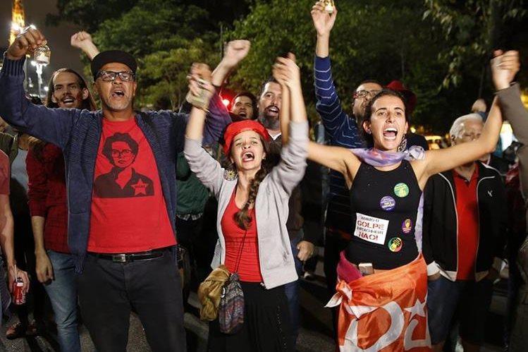 Manifestantes muestran su respaldo a la suspendida presidenta brasileña, Dilma Rousseff. (Foto Prensa Libre: AP).