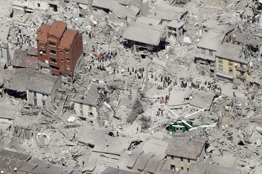 Escombros se observan en la icónica ciudad italiana Amatrice. (Foto Prensa Libre: AP).