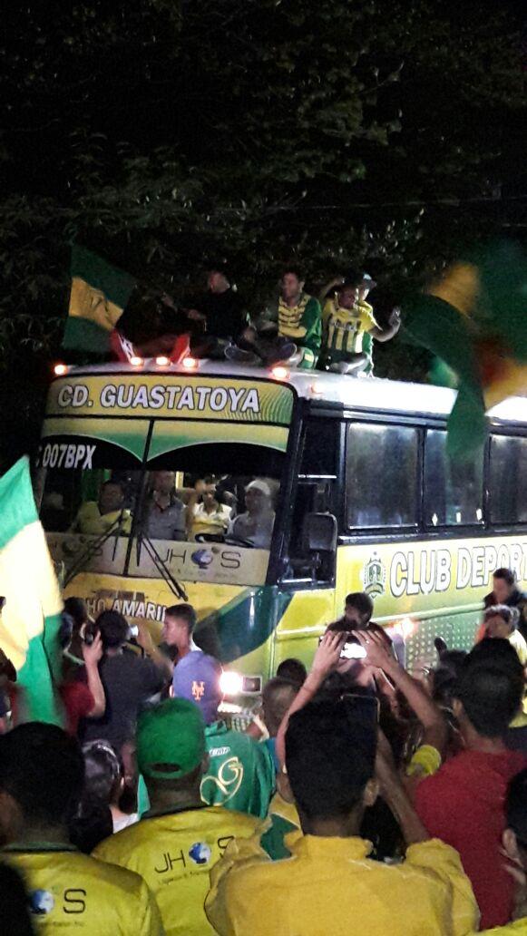 Con mucha euforia y algarabía los aficionados de Guastatoya recibieron a su equipo. (Foto Prensa Libre: Cortesía Herman Martínez).