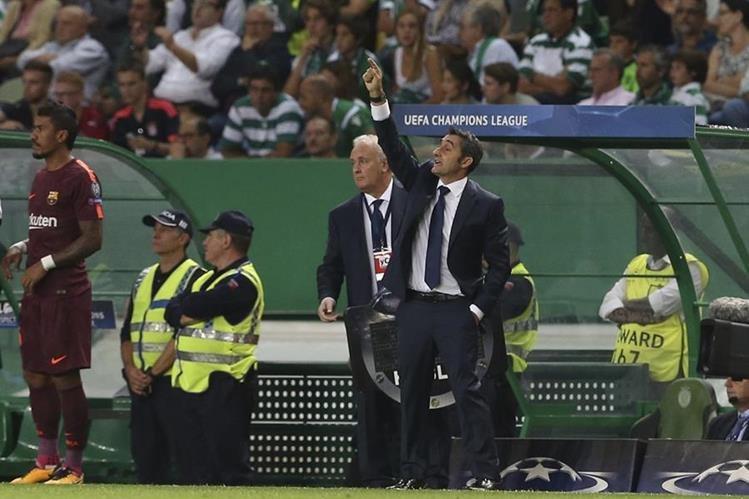 El técnico del FC Barcelona, Ernesto Valverde, durante el partido que su equipo le ganó al Sporting de Portugal como visitante. (Foto Prensa Libre: AP)