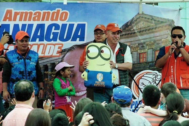 Armando Paniagua, candidato a alcalde por el PP, sostiene una de las figuras que regaló durante una actividad en la zona 3, de la cabecera de Quetzaltenango. (Foto Prensa Libre: Carlos Ventura)