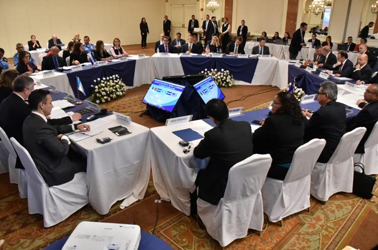 Mesa de trabajo en la que se discuten temas migratorios. (Foto Prensa Libre: Minex)