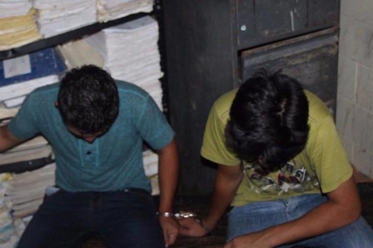Los dos menores capturados son trasladados a un juzgado de menores en Flores, Petén. (Foto Prensa Libre: PNC)