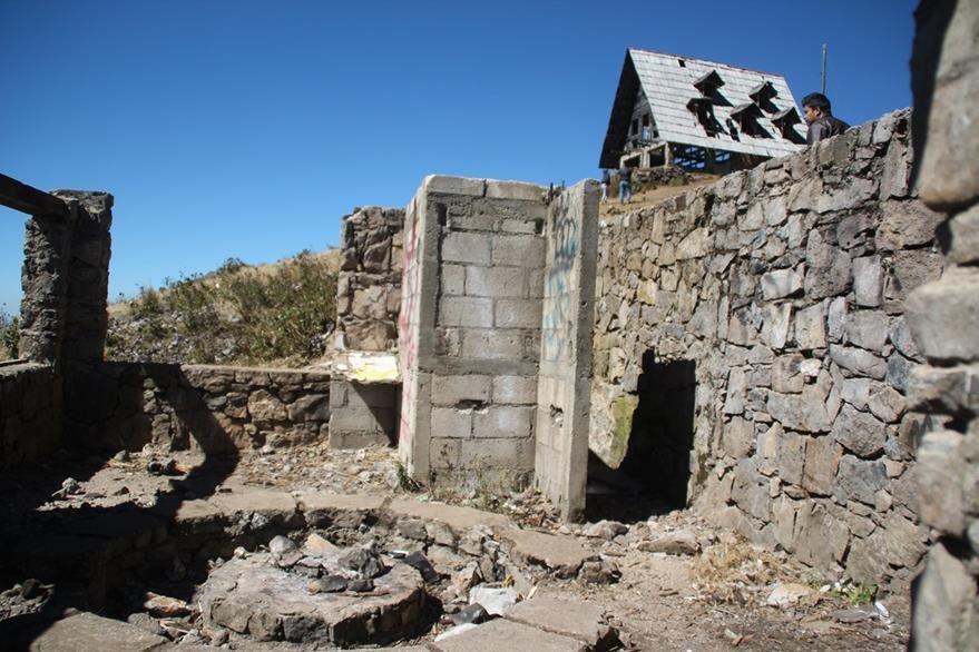Los cimientos de una de las cabañas se ven deteriorados. (Foto Prensa Libre: Mike Castillo)