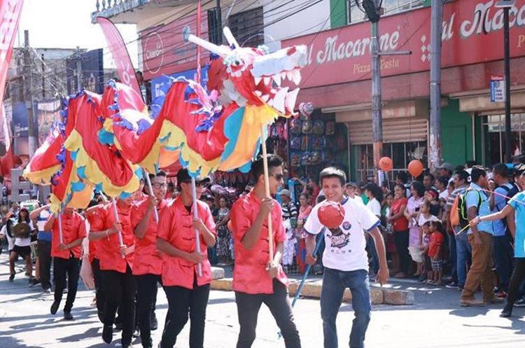 El dragón de la banda musical Gospel fue parte de los atractivo del desfile. (Foto Prensa Libre: Cristian Icó Soto)
