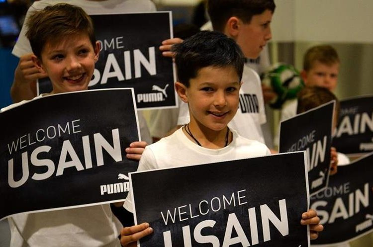 A group of children give him Welcome the Jamaican athlete to Australia. (Photo Prensa Libre: AFP)