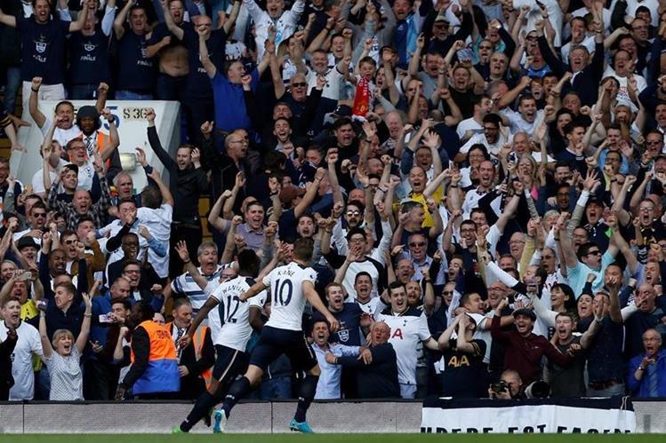 Victor Wanyama y Harry Kane festejan con la afición del Tottenham. (Foto Prensa Libre: AFP)