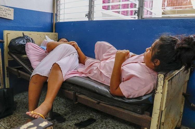 Embarazadas y mujeres en recuperación por parto se las ingenian para dormir en una misma cama en el Hospital Nacional de Retalhuleu. (Foto Prensa Libre: Rolando Miranda)