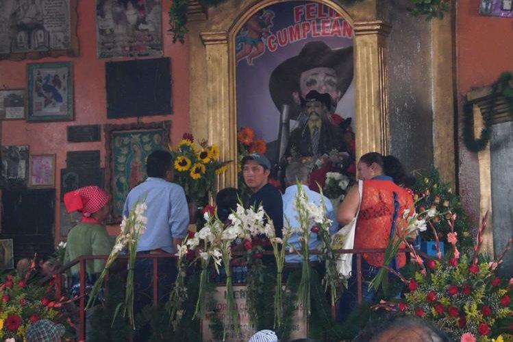 Devotos visitan a Maximón, en San Andrés Iztapa, Chimaltenango, durante la celebración de su día. (Foto Prensa Libre: José Rosales)