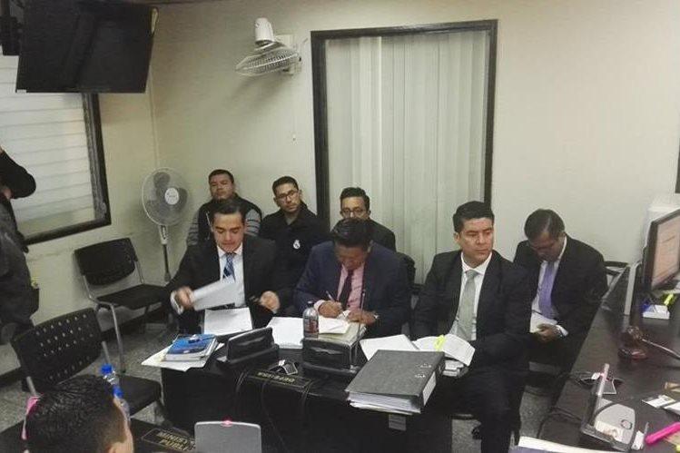 Los procesados escuchan la resolución del juez Quinto Penal. (Foto Prensa Libre: Jerson Ramos)