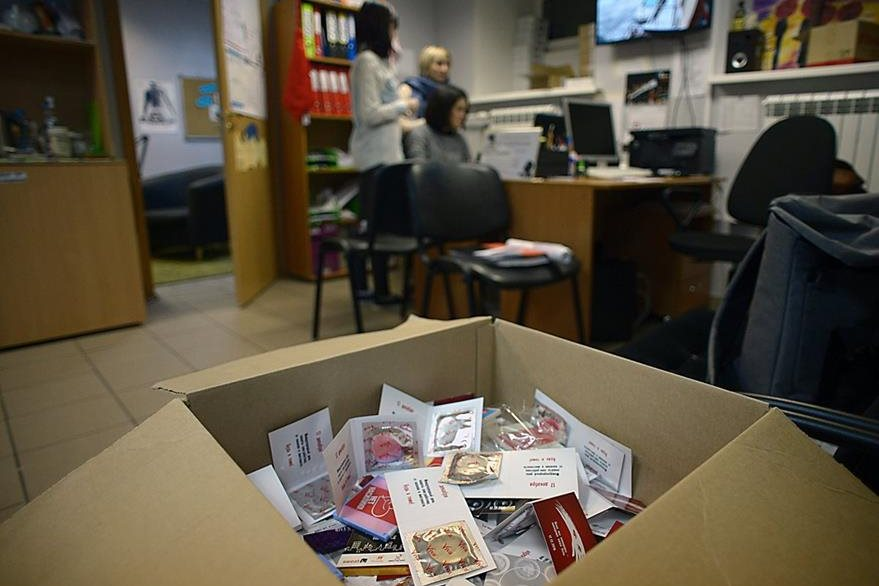 Condones en una caja que son recolectados por una ONG en San Petersburgo. (Foto Prensa Libre: AFP)