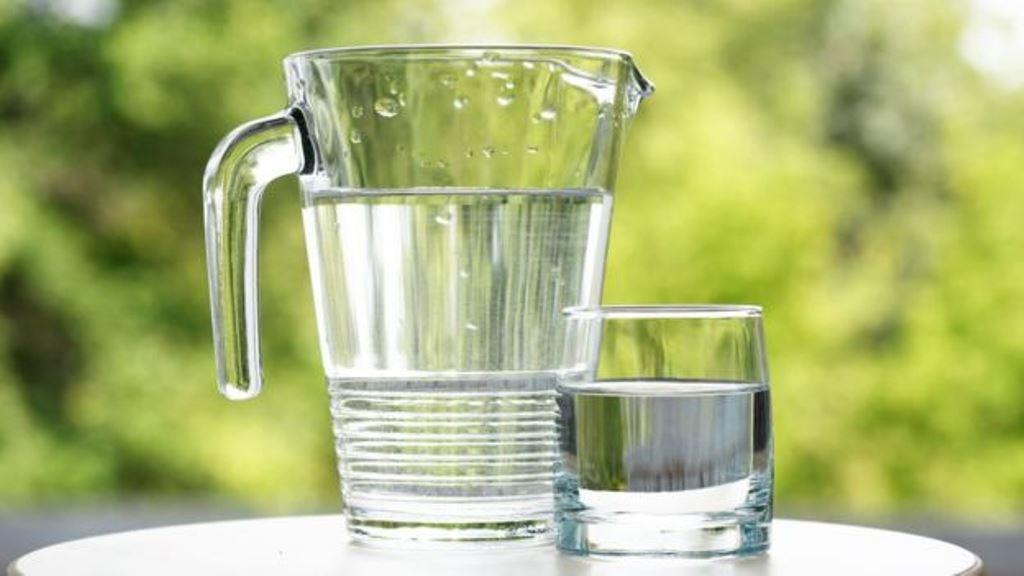 El servicio de salud en Reino Unido recomienda beber entre seis y ocho vasos de líquido al día. (THINKSTOCK)