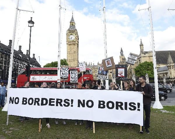 Manifestantes apoyan la permanencia del Reino Unido en la Unión Europea. (EFE).