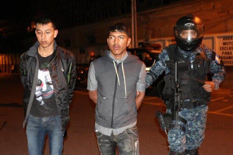 Cristopher García y Dilan Sagastume son consignados a la Torre de Tribunales, señalados de asaltar a automovilistas en el Anillo Periférico. (Foto Prensa Libre: PNC)