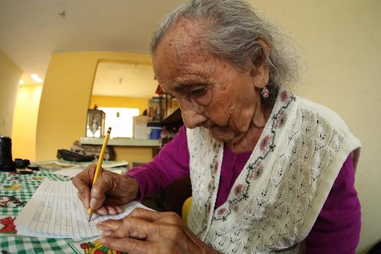 Matilde Colindres Flores hace su tarea que le asignó su maestro. (Foto Prensa Libre: Esbin García).