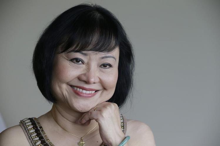 Kim Phuc sonríe en su habitación de Miami. Ahora un tratamiento con láser le da nuevas esperanzas. (Foto Prensa Libre: AP).