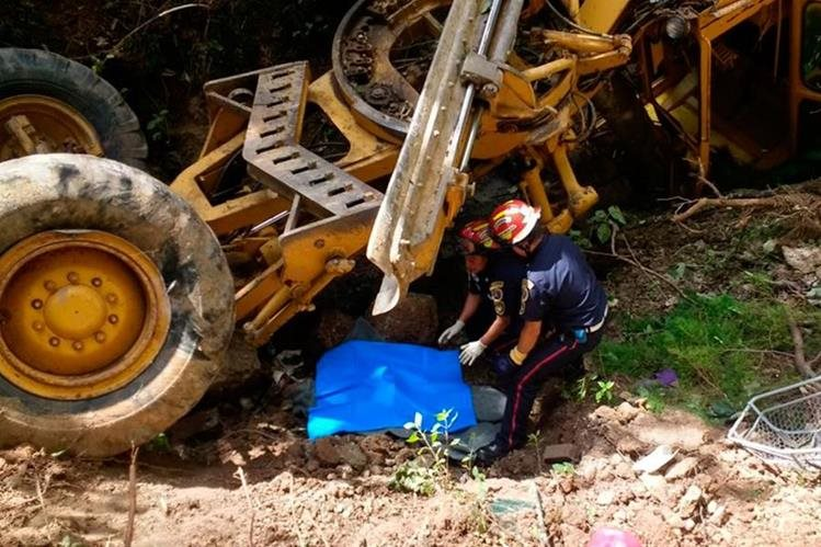 Óscar Joel Mateo Pérez, murió por politraumatismo general al caer encima la motoniveladora que manejaba. (Foto Prensa Libre: Whitmer Barrera)