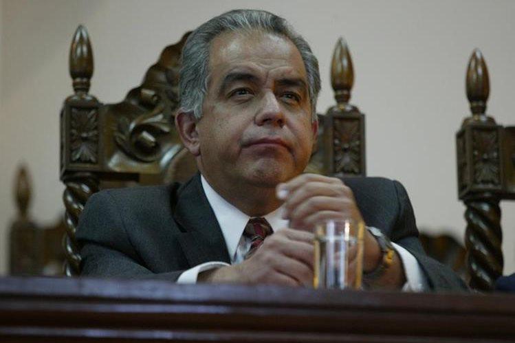 Carlos Enrique Reynoso Gil fue magistrado suplente de la Corte de Constitucionalidad y votó por declarar ilegal el decreto con el cual Jorge Serrano Elías pretendía asumir el poder total. (Foto Prensa Libre: Hemeroteca)
