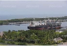 Barcos hacen fila para descargar en el país