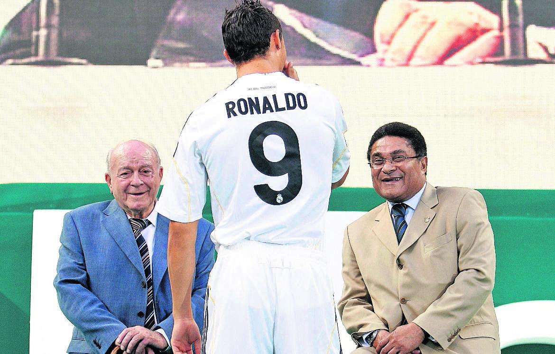 Cristiano Ronaldo, estuvo en la presentación junto a Alfredo Di Stéfano y Eusebio, leyenda del futbol portugués 7/7/2009 (Foto: Hemeroteca PL)