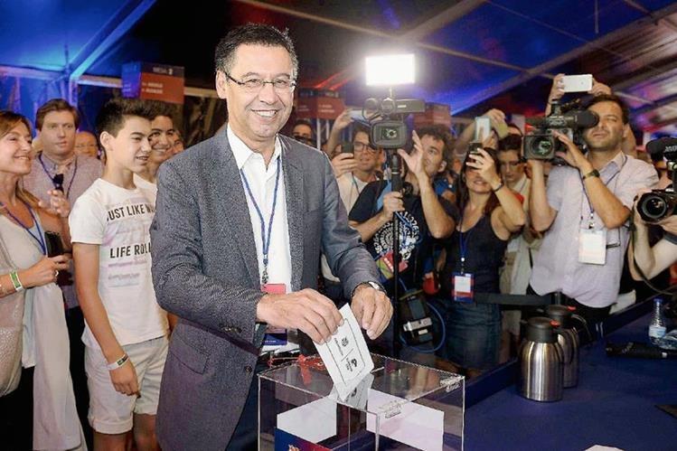 Josep María Bartomeu, emite su voto. (Foto Prensa Libre: AFP).