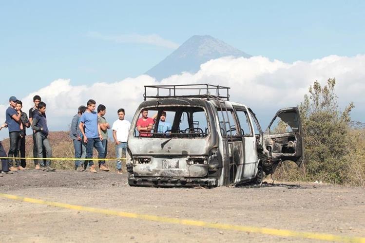 El autobús fue localizado completamente quemado y adentro calcinado un hombre en San Vicente Pacaya, Escuintla. (Foto Prensa Libre: Erick Ávila)