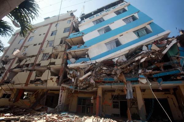 Varios edificios resultaron dañados por el terremoto del sábado en Ecuador.(AFP).