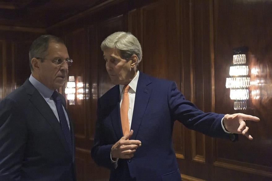 Serguéi Lavrov ministro de Exteriores ruso (izquierda), junto a su homólogo estadounidense John Kerry, (derecha), conversan en Viena. (Foto Prensa Libre: EFE).