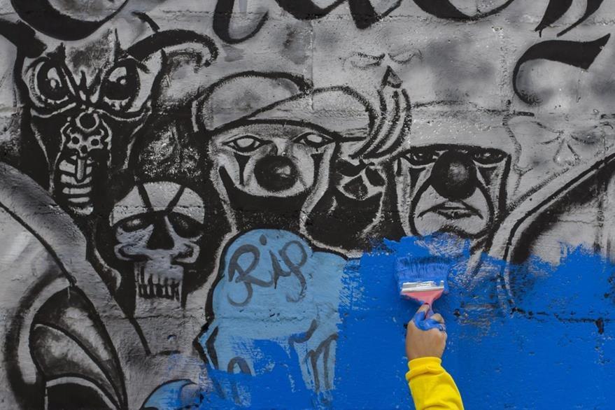 Grafitis en una calle de una ciudad salvadoreña, asediada por las pandillas. (Foto Prensa Libre: AP).