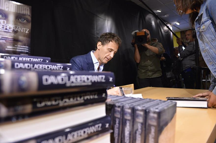 El escritor sueco David Lagercrantz firma su libro en el acto de lanzamiento del cuarto libro de la serie de novela de crimen Millennium. (Foto Prensa Libre: EFE)