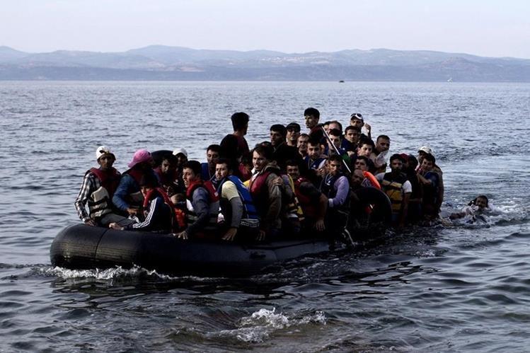 Familias completas huyen de Siria por el mar para llegar a costas griegas, entrada a la Unión Europea. (AFP)