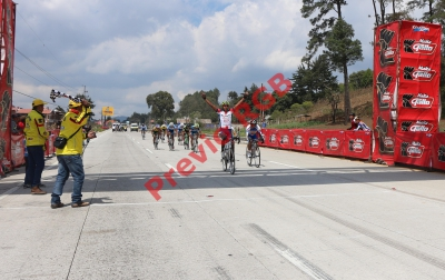 Alder Torres celebra al cruzar la meta de la primera Clásica del 2015. (foto Prensa Libre: Federación de Ciclismo)