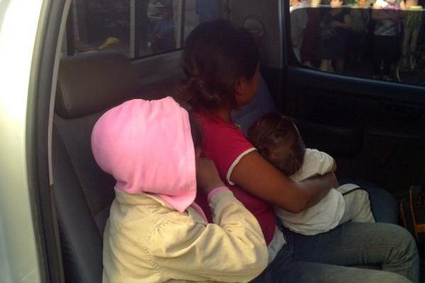 <p>Los niños rescatados permanecen en un vehículo del MP, previo a ser trasladados a un hogar para su cuidado. (Foto Prensa Libre: Hugo Oliva)</p>