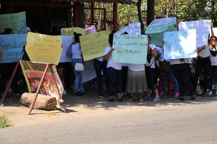 Familiares de reclusos de El Infiernito protestaron por las nuevas medidas de seguridad. (Foto Prensa Libre: Enrique Paredes)