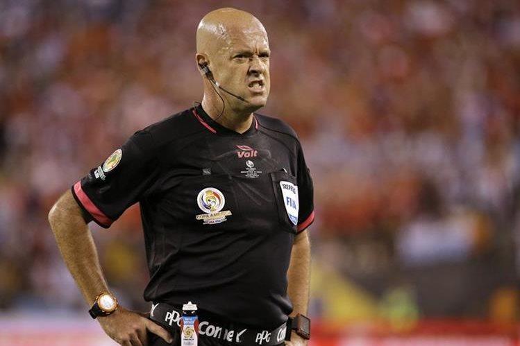 El árbitro brasileño Heber Lopes perdió el control del encuentro. (Foto Prensa Libre: AP).