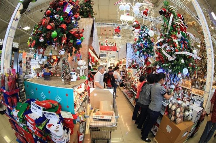 Guatemaltecos aprovechan para comprar adornos navideños. Foto: Juan Diego González